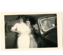 Monique Vander Heyden, Hilda Van Assche en Jenny Vander Heyden aan de Citroën van Arthur De Meyer, Gentbrugge, 1950