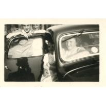 Annie Vander Heyden en Jenny Vander Heyden aan de Citroën van Arthur De Meyer, Gentbrugge, 1950