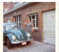 Adrienne Spillier aan haar Volkswagen Kever, Merelbeke, 1965