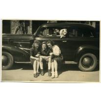 Familie De Vloed bij een Chevrolet, Melle, 1940-1950