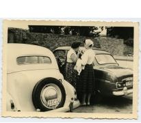 Marie-José Laveren aan enkele auto's, Scherpenheuvel, 1950-1960