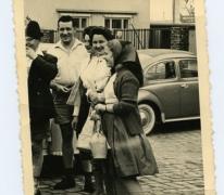 Marie-José Laveren aan enkele wagens, Scherpenheuvel, 1950-1960