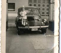 Arlette Brisard poseert bij de wagen, Bavegem, 1955