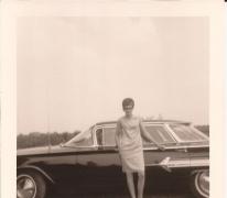Francine Erauw aan een wagen, Sint-Lievens-Houtem, 1960-1970