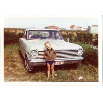 Mario Brisard aan een Ford Chevrolet, Belgische kust, jaren 1970