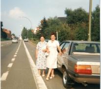 Poseren naast een Ford Taunus, 1987