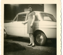Mariette De Mulder naast Ford Taunus, Letterhoutem, jaren 1970