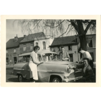 Opel Record van familie De Paepe reinigen, Merelbeke, jaren 1960