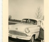 Jenny Van der Heyden aan de Opel Record, Merelbeke, jaren 1960