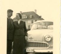 Jenny Van der Heyden en Gilbert De Paepe aan hun Opel Record in Duinbergen, jaren 1960