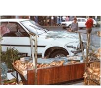 Gebroken vitrine van bakkerij De Paepe, Merelbeke, 1982