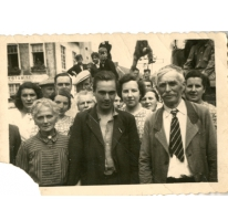 Gustaaf Van Bever tussen zijn familie, Sint-Lievens-Houtem, 1945