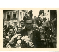 Gustaaf Van Bever met bloemen, Sint-Lievens-Houtem, 1945