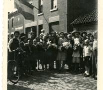 Buurt ontvangt Gustaaf Van Bever, Sint-Lievens-Houtem, 1945