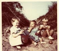 Schepen Marleen Verdonck op vakantie met de familie, Cadzand, 1956