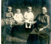 Hortance De Cock en kleinkinderen, Sint-Lievens-Houtem, rond 1900