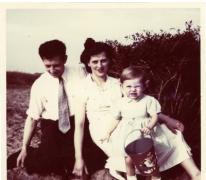 Schepen Marleen Verdonck op vakantie met haar ouders, Cadzand, 1956