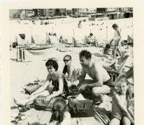 Schepen Marleen Verdonck aan zee met het gezin, Oostende, 1966