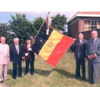 Bestuur KNSB Landskouter met nieuwe vaandel, Landskouter, 1997