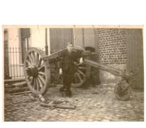Jonge Gustaaf van houtzagerij D'Hont bij een boomezel, Landskouter, 1945-1950