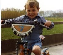 Schepen Jo Vermeulen als 4-jarige op de fiets tijdens de vakantie, Sint-Lievens-Houtem, 1981.