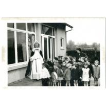 Sint-Maarten op bezoek in een klasje, Sint-Lievens-Houtem, jaren 1960