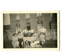 Samen met familie en vrienden op de Dries, Sint-Lievens-Houtem, 1950