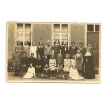 Klasfoto van een groep leerlingen van de meisjesschool van Balegem