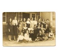 """Klasfoto van meisjes uit de """"Nonnekensschool"""" te Balegem"""