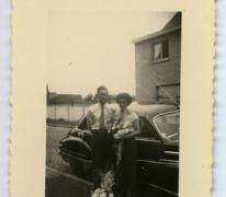 Naast de auto op de huwelijksdag, Veurne, 1950-1960
