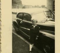 Opgekleed naast de auto, Veurne, 1955-1960