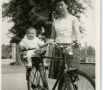 Achterop de fiets bij mama, Letterhoutem, 1964