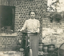 Naast de fiets in de tuin, Sint-Lievens-Houtem, 1940-1950