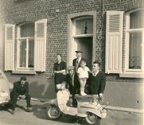 Bij de scooter aan de voordeur, Sint-Lievens-Houtem, 1958