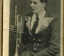 In kostuum en met trompet, Melle, 1950-1970