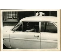 In de auto voor het café, Melle, 1960-1980