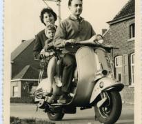 Met het gezin op de scooter, Merelbeke, 1955-1965
