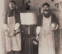 Pasfoto's naast vleesmolen door fotograaf Mabilde, Letterhoutem, ca. 1910