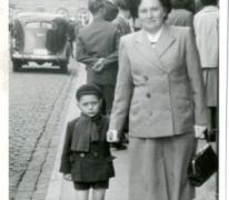 Aan moeders hand, 1954