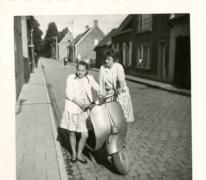 Op een zonnige dag bij de scooter, Watervliet, 1960