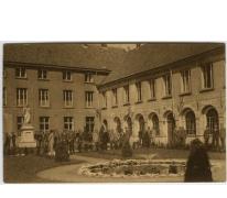 Binnenplaats, kloostergebouw van 1537, beeld van het Heilig Hart, college Melle