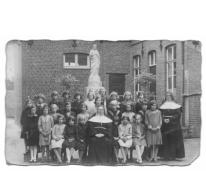 Klasfoto van meisjesschool te Balegem, jaren 20