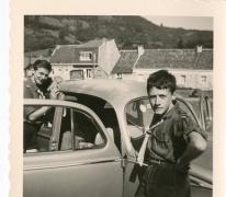 Chiro Melle, bij de auto van de proost, Ardennen, 1962