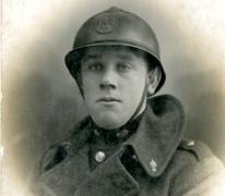 Portret van een soldaat met helm tijdens Eerste Wereldoorlog, details onbekend
