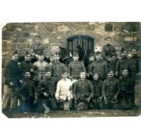 Groep soldaten (?) tijdens Eerste Wereldoorlog, details onbekend