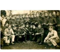 Groep soldaten schilt aardappelen tijdens Eerste Wereldoorlog, details onbekend