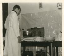 Chiro Melle, frieten bakken op gasvuur, Melle, 1965