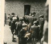 Chiro Melle, aanschuiven voor de lunch op kamp, Bonheiden, 1945