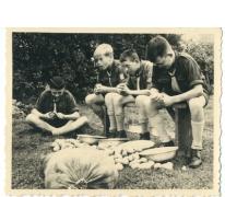 Aardappelen schillen op kamp chiro Melle, Herentals, 1954