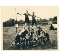 Chirojongens bouwen menselijke piramide, Herentals, 1954